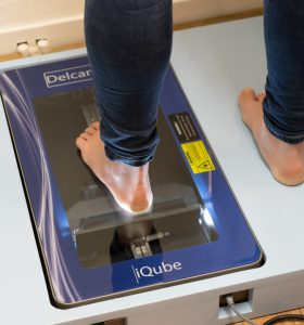 Maken van een voetscan voor een loopanalyse - Podotherapie Couteaux